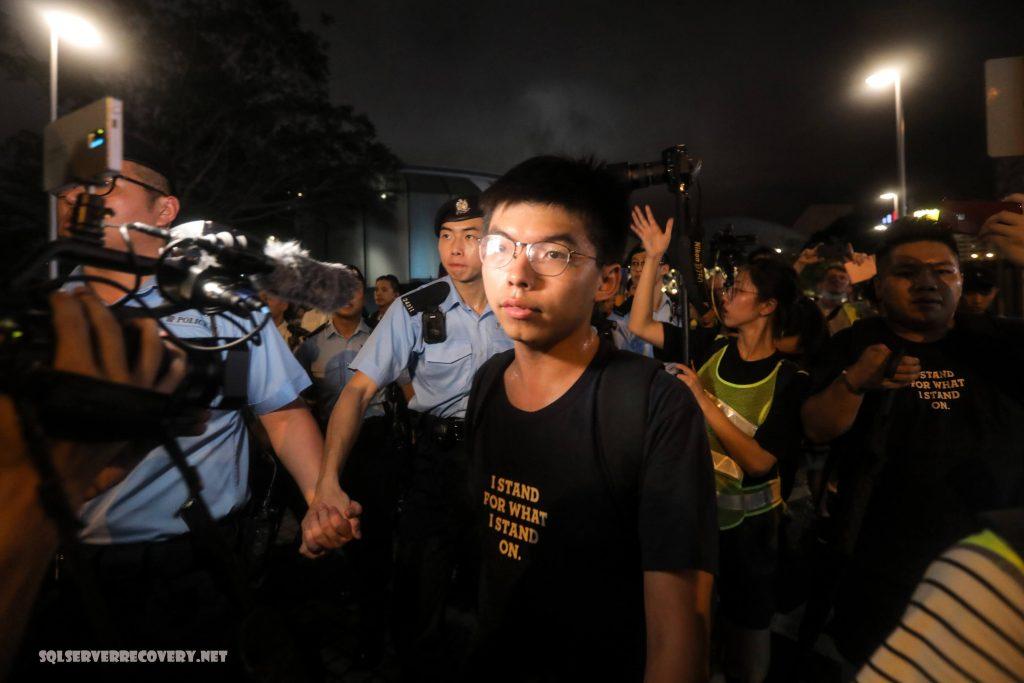 นักเคลื่อนไหว ชาวฮ่องกงถูกควบคุมตัว นักเคลื่อนไหวชาวฮ่องกงคนหนึ่งถูกเจ้าหน้าที่ตำรวจควบคุมตัวโดยสวมเสื้อผ้าธรรมดาใกล้สถานกงสุลสหรัฐ
