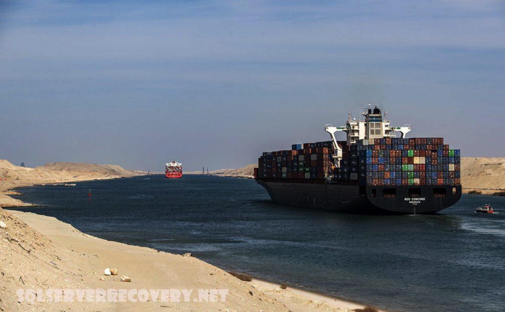 คลองสุเอซ ของอียิปต์ถูกปิดกั้นโดยเรือคอนเทนเนอร์ เรือคอนเทนเนอร์ขนาดยักษ์ที่มีความยาวของสนามฟุตบอลสี่สนามได้เชื่อมต่อกันข้ามคลองสุเอซ